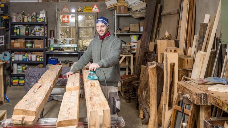 """So hat er beispielsweise die alte Holzfassade eines Kindergartens zu Tischen verarbeitet und arbeitet gerade daran, Balken aus dem ehemaligen Römerbad in Baden zu Möbeln zu verarbeiten (im Bild). Unter dem Namen """"Holz vom Haus"""" produziert er aber auch kleinere"""