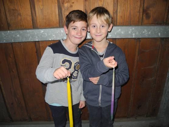 Maximilian und Alexander sind fleissige Kerzenzieher