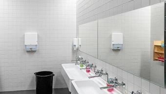 Die sanierungsbedürftigen WC in den alten Trakten des Schulhauses Huebwies werden erneuert, damit die Schüler sich nicht nur im Neubau (im Bild der Zahnputzraum) wohlfühlen.
