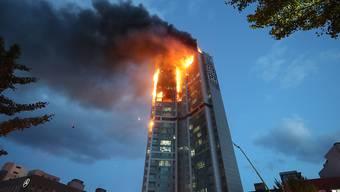 dpatopbilder - Flammen schlagen aus einem Hochhaus. Bei einem nächtlichen Brand in einem 33-stöckigen Hochhaus in der südkoreanischen Industrie- und Hafenstadt Ulsan sind Dutzende Menschen verletzt worden. Foto: Kim Yong-Tae/Yonhap/AP/dpa