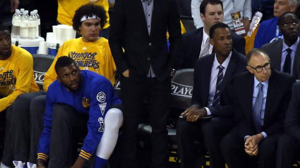 Hält es nicht mehr auf den Sitzen: Superstar Stephen Curry (stehend) verpasste Spiel 2 aufgrund einer Knöchelverletzung