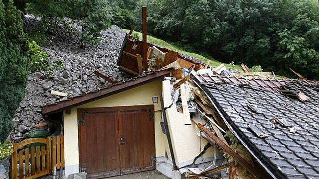 Zerstörtes Haus bei Riemenstalden