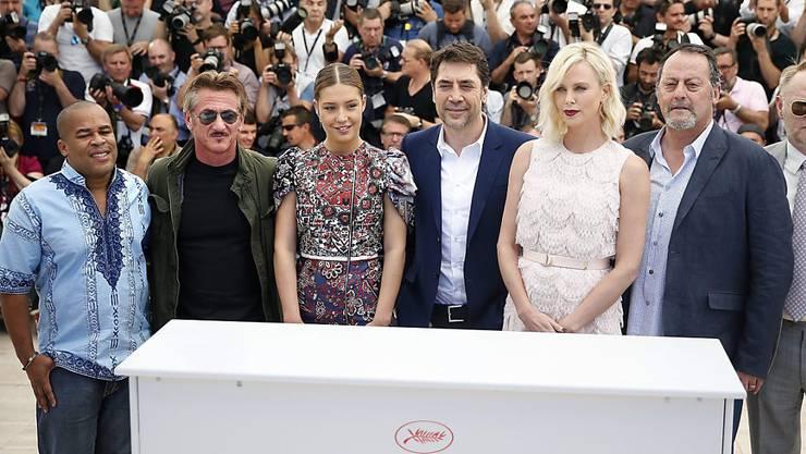 """Sean Penn (2.v.l.) und Charlize Theron (3.v.r.) stellten am Freitag in Cannes ihren gemeinsamen Film """"The Last Face"""" vor. Ein Jahr nach ihrer Trennung vermieden sie so gut wie möglich Kontakt."""