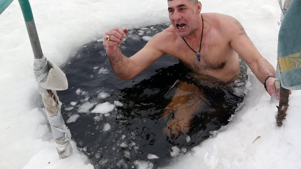 Unzählige Gläubige nehmen rituelles Eisbad