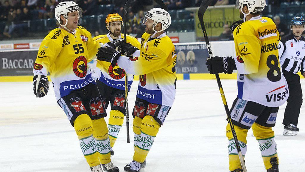 Berns schwedischer Verteidiger Calle Andersson (Nummer 55) avancierte mit je zwei Toren und Assists in Genf zum Matchwinner