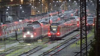 Züge der Deutschen Bahn stehen im Bahnhof von Essen (Archiv)