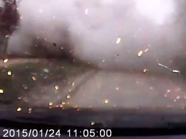 Erschreckend: Dieses Dash-Cam-Video soll den Raketenangriff auf Mariupol zeigen