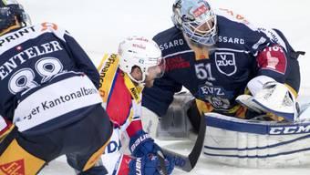 Kein Durchkommen: Zugs Goalie Tobias Stephan wehrt sich gegen Klotens Denis Hollenstein