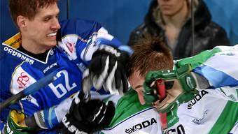 Mit harten Bandagen: Der Davoser Félicien DuBois (l.) und der Russe Anton Slepischew lieferten sich im Halbfinal einen wunderbaren Faustkampf.