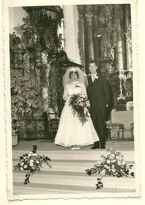 Maria Theresia und Ernst Frei-Seiler nach ihrer kirchlichen Trauung am 10. November 1962 in der Klosterkirche Muri