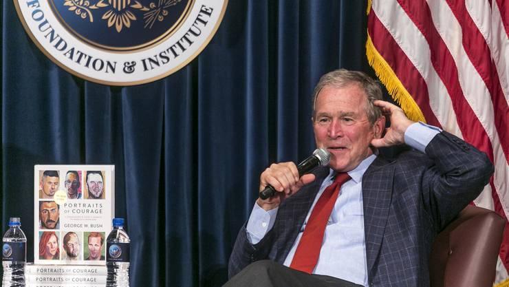 Entspannung total: Der frühere US-Präsident George W. Bush - hier bei der Präsentation seines neuen Bildbandes - kann bestens über sich selber lachen.