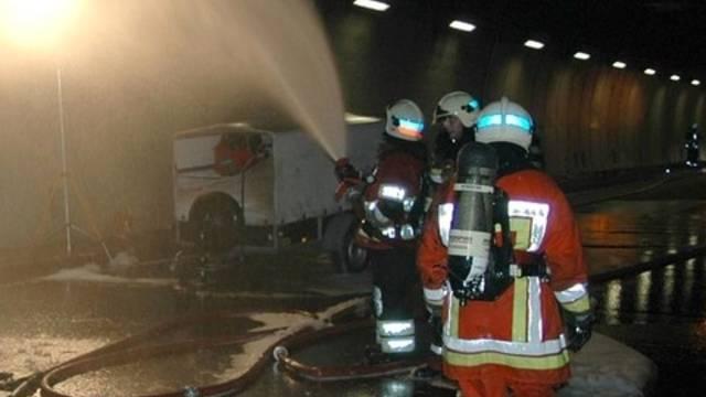 Feuerwehr im Belchentunnel im Einsatz (Bildquelle Kantonspolizei BL/Symbolbild)
