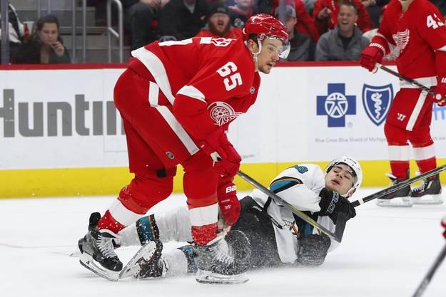 Aus dem Weg geräumt: Danny DeKeyser von den Detroit Red Wings verteidigt sein Team gegen den heranbrausenden Schweizer.