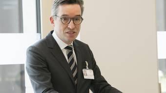 Auf dem Rundgang durch das neue Haupttgebäude der PDAG Königsfelden am 22. Juni 2020 spricht Wolfram Kawohl, Chefarzt und Leiter Klinik für Psychiatrie und Psychotherapie, unter anderem vor Medienvertretern.