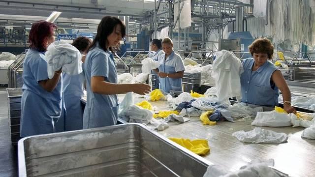 Sortieren der Wäsche in der Zentralwäscherei in Zürich - Über die Hälfte der Mitarbeitenden sind ausländischer Herkunft (Symbolbild)