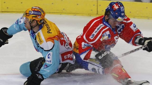 Der Zürcher Alexey Krutow (r.) im Zweikampf mit Christian Berglund