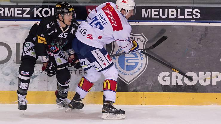 Fribourgs Alexandre Picard (links) versucht ZSC-Spieler Mike Künzle zu stoppen