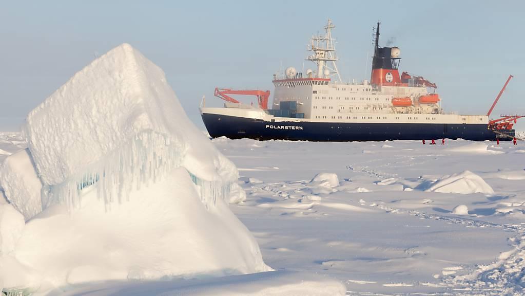 Das deutsche Forschungsschiff «Polarstern» in der zentralen Arktis, Aufnahme von der Sommer-Expedition 2015.