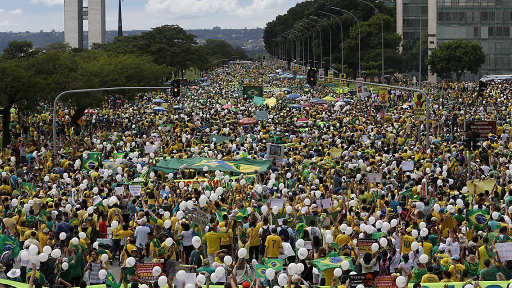 Protest von historischem Ausmass: Demonstranten gehen in Brasília gegen Staatschefin Dilma Rousseff auf die Strasse.