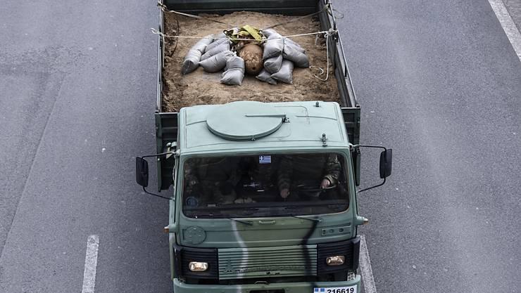 Ein Militärlastwagen bringt die entschärfte Weltkriegsbombe aus einem Quartier in Thessaloniki zu einem Schiessplatz.
