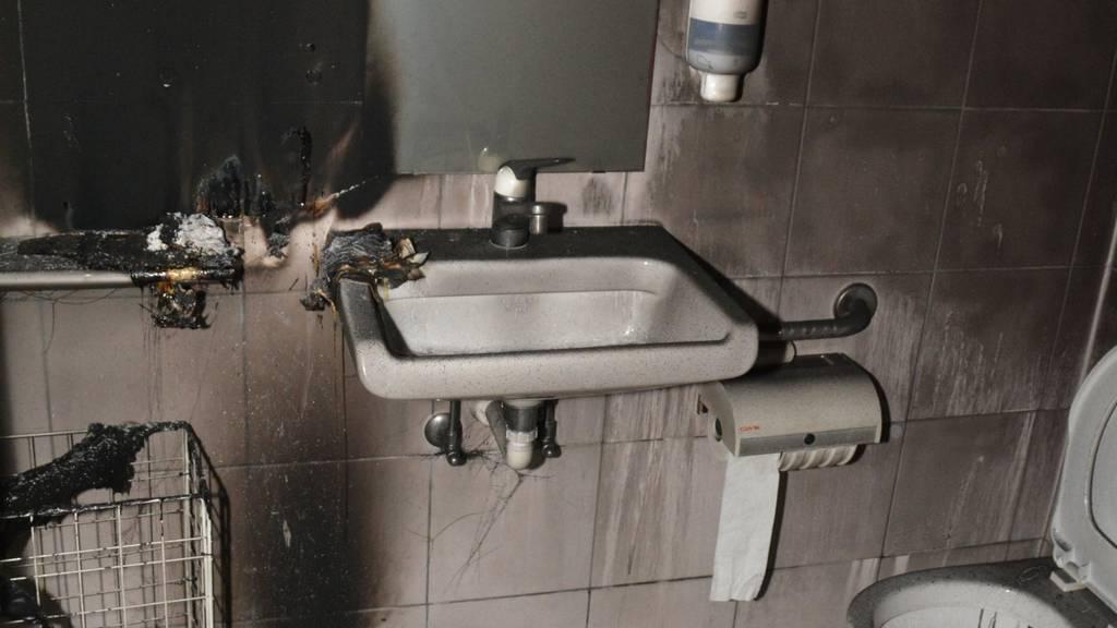 Im öffentlichen WC der katholischen Kirche zündeten Unbekannte Papiertücher und Handtuchspender in Brand.