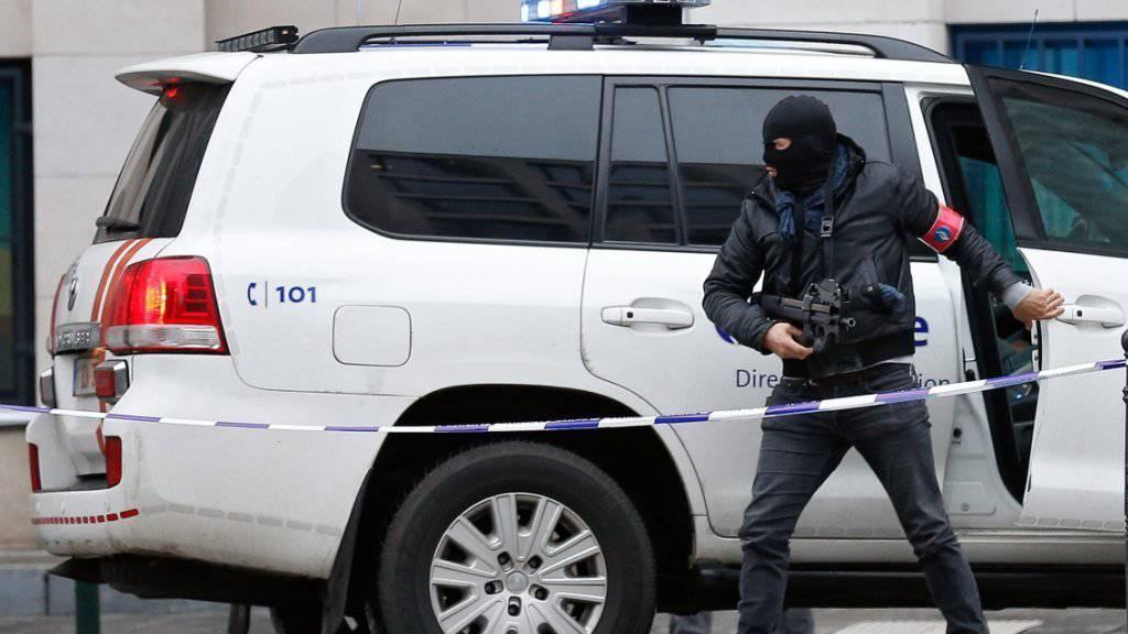 Ein Polizist sichert das Gericht in Brüssel, in dem die Auslieferung Salah Abdeslams beschlossen wurde.