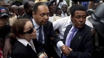 Jean-Claude Duvalier (Mitte links) will seine alte Machtposition zurückerobern