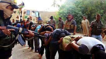 Isis-Terroristen führen Gefangene der irakischen Armee ab - später werden sie exekutiert.