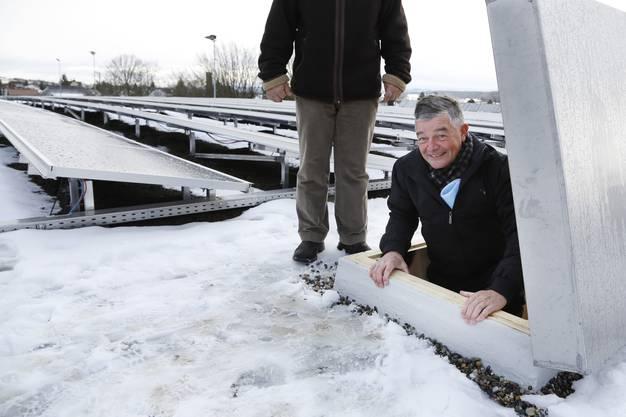 Gemeindepraesident Anton Probst steigt auf das Solardach.