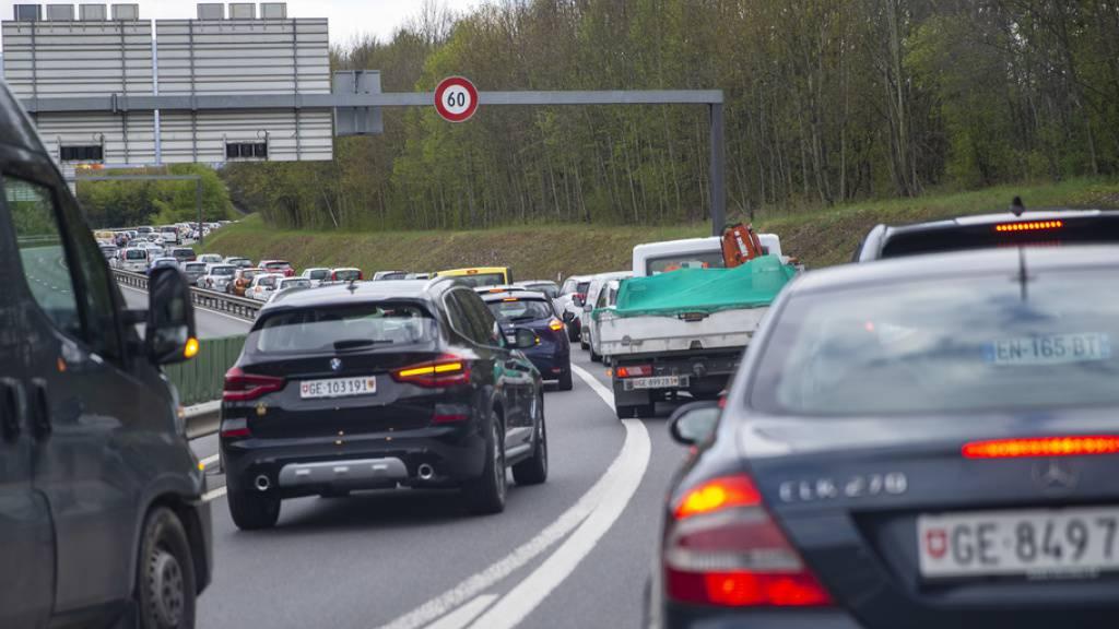 Der private Autoverkehr verursacht am meisten externe Kosten, das heisst Kosten, die nicht von den Verursachern getragen werden. Stau ist besonders kostspielig: Er schadet nicht nur der Umwelt, dem Klima und der Gesundheit, er stiehlt den Menschen auch noch die Zeit. (Archivbild)
