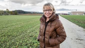 Marianne Hollinger vor den Feldern in Aesch-Nord