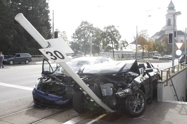 Zum Stehen kam der Mustang bei einem Metallpfosten.