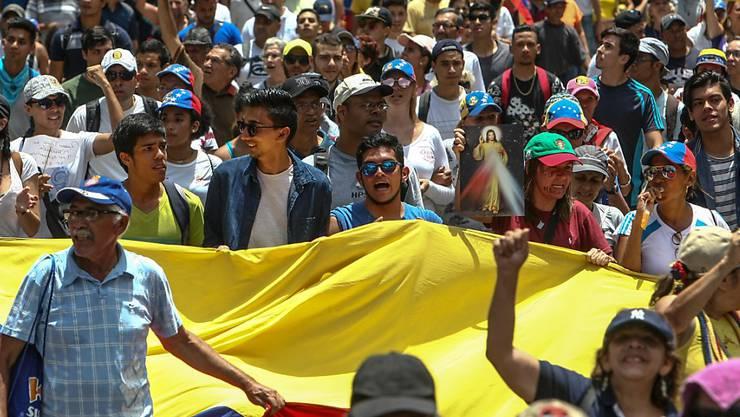 Angesichts der landesweiten Proteste hat Venezuelas Staatschef Maduro eine Erhöhung des Mindestlohns angeordnet. (Archiv)