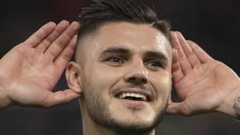 Mauro Icardi fordert die Fans nach seinem 3:0 zu mehr Applaus auf.