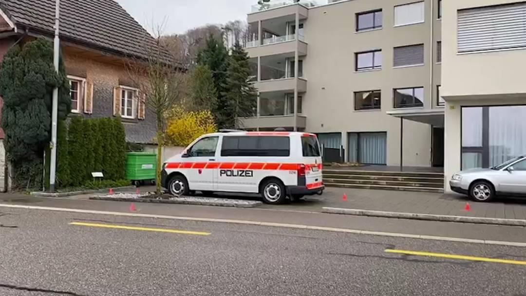 Bäch SZ: 40-Jähriger ruft zuerst Polizei und schiesst dann auf deren Patrouillenfahrzeug