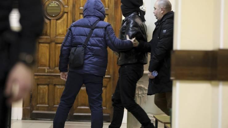 Einer der beiden festgenommenen Terroristen auf dem Weg zum Gerichtssaal in St. Petersburg am Montag.