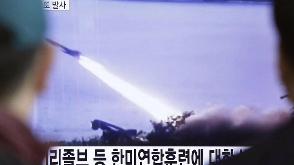 Nordkorea hat erneut Tests mit Langstreckenraketen gemacht. Bereits am Freitag feuerte das Regime Raketen ab, was von den Menschen in Südkorea - wie hier vor einem TV-Schirm in Seoul - mit Sorge verfolgt wurde. (Archiv)