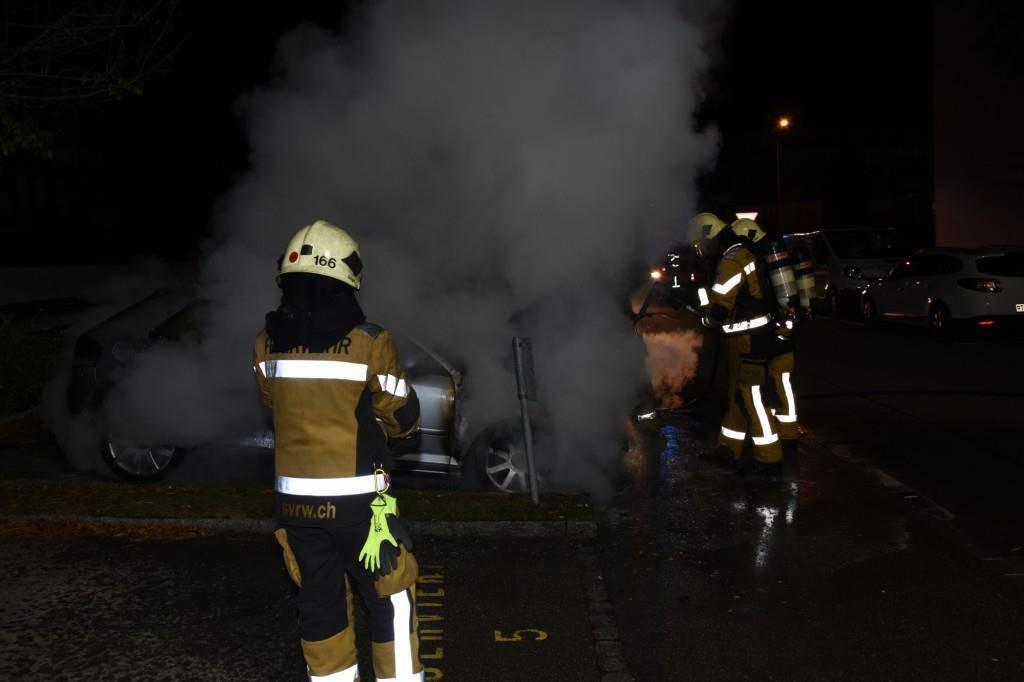 Auto brennt auf Parkplatz (© Kapo SG)