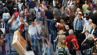 Es herrscht viel Betrieb auf dem Flughafen Zürich Kloten. KEYSTONE/Steffen Schmidt