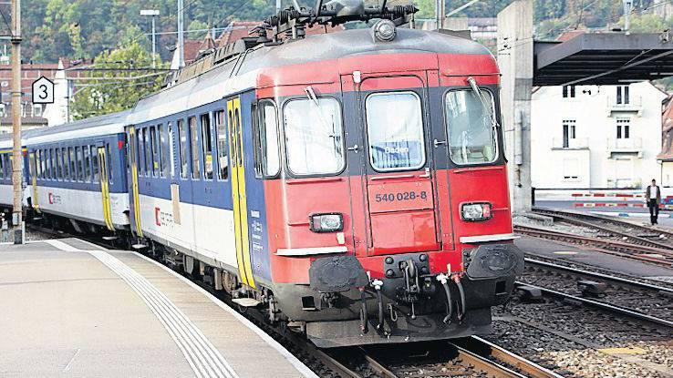 Veralteter Zug: Aus dem Aaretal kommend in Baden. (Bild: Raphael Hünerfauth)