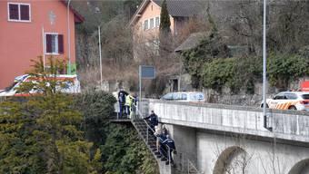 Die Polizisten begleiten den älteren Mann zum Ambulanzfahrzeug.