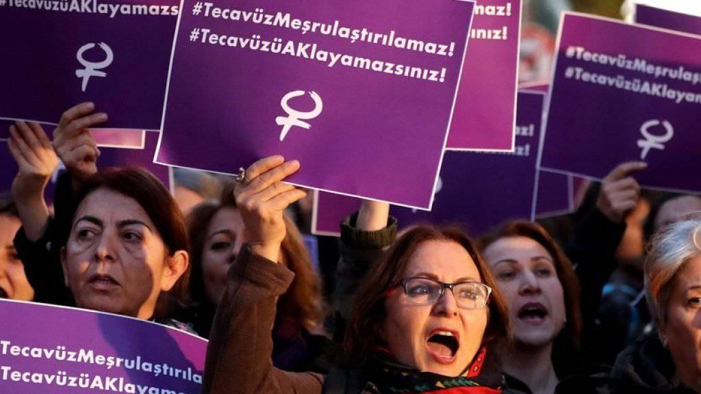 Vergewaltigung dürfe nicht legalisiert werden, steht auf den Plakaten, die Demonstrantinnen in Istanbul hochhalten. Sie bemängeln, dass das von der Regierungspartei AKP geplante Gesetz in bestimmten Fällen zu Straffreiheit bei sexuellem Missbrauch von Minderjährigen führen kann. (Archiv)