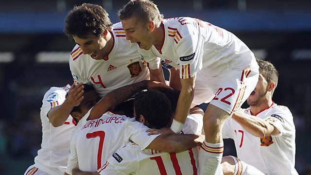 Spaniens Matchwinner Adrian (Nr. 7) lässt sich feiern