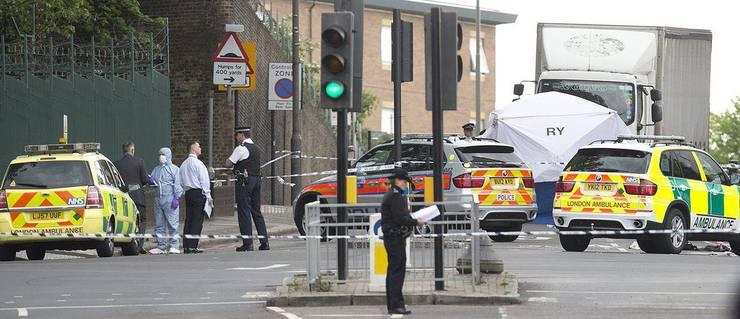 Die Ermittlungen laufen: Polizeibeamte und Forensiker bei der Spurensicherung im Südosten Londons.