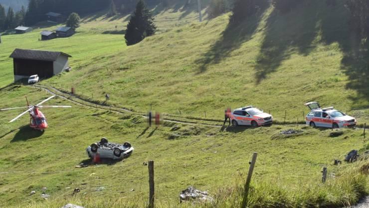 Selbstunfall in Flims GR: Das Auto überschlug sich mehrfach, bevor es auf dem Dach zu liegen kam. Der Beifahrer verstarb noch auf der Unfallstelle.