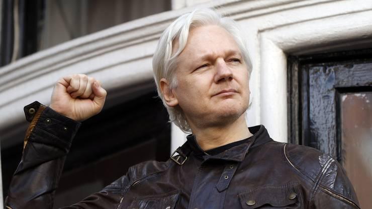 Julian Assange meldet sich zurück: Vor der Botschaft in London zeigte er sich am Freitag der Öffentlichkeit.