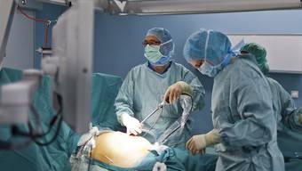 Die Löhne von Spitalärzten sollen im Kanton Zürich nicht mehr an die Anzahl der Eingriffe geknüpft werden dürfen.
