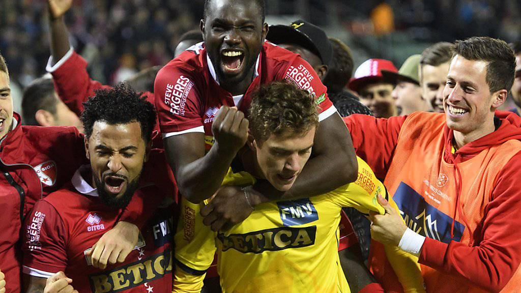 Sions Goalie Anton Mitrjuschkin (in gelb) wird von den Mitspielern gefeiert