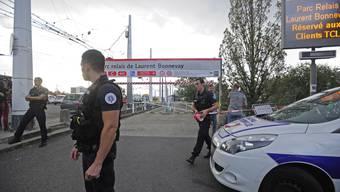 Nach der Messer-Attacke steht die Polizei Wache.