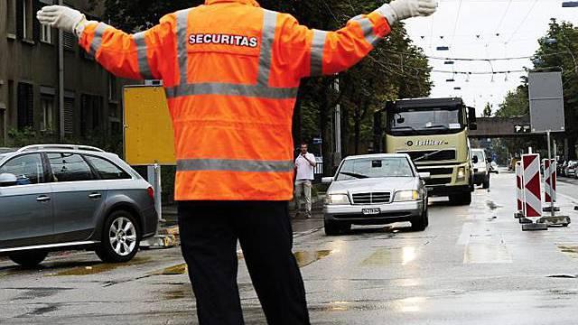 Polizist leitet in Zürich den Verkehr um